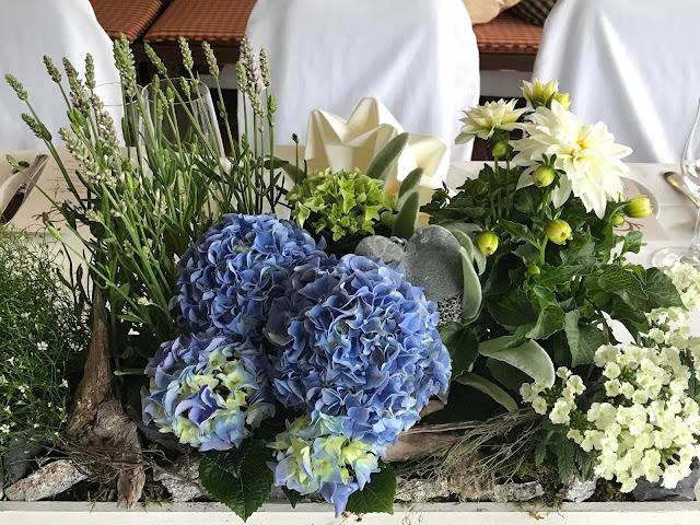 Tischdekoration Steingarten mit Hortensien, Schwimmholz, Steinen, Berghochzeit, Trachtenhochzeit in Himmelblau und Weiss, heiraten auf der Zugspitze, feiern im Riessersee Hochzeitshotel in Garmisch-Partenkirchen, Hochzeitsplanerin Uschi Glas
