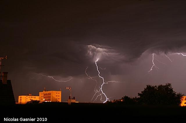 Début d'un orage d'été mémorable (orage de la nuit du 8 au 9 juillet 2010)
