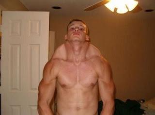 Fotos para reirse de sujetos con músculos falsos.