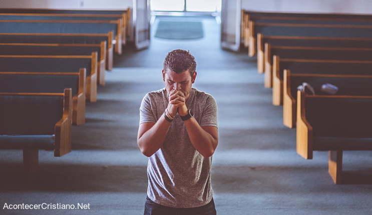 Joven solo en iglesia