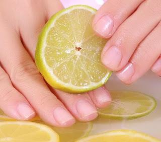 طريقة استخدام الليون لتبييض مفاصل اليدين