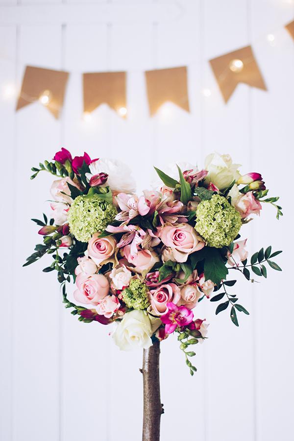 Zum Muttertag ein selbstgebasteltes Geschenk mit frischen Blumen. Ein Herz aus Blumen für die beste Mama. Titatoni.de