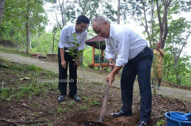 Presiden Direktur PT Marubeni Tanam Pohon Adopsi di Hutan Kota