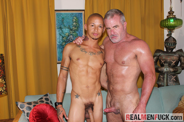#RealMenFuck - Daddy Digs Dick