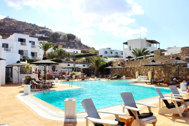 Luxury hotels with pools in Ios island
