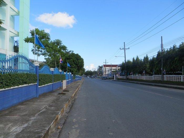 Дорога возле администрации Краби