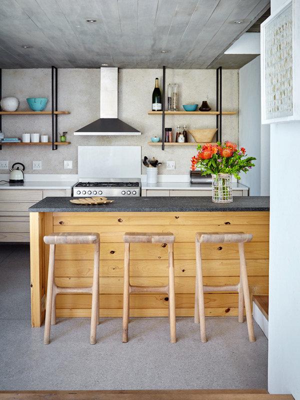 cocina con barra de desayuno y taburetes altos chicanddeco
