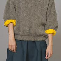Свитер цвета хаки с желтой отделкой рукавов