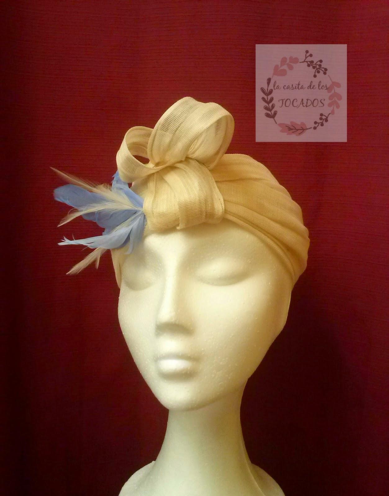 turbante descubierto para boda realizado en sinamay de seda beige