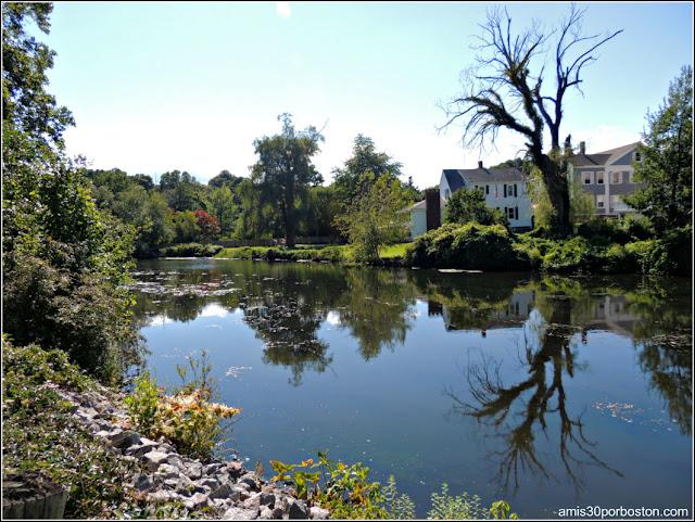 Arroyo Town Brook en el Brewster Garden de Plymouth