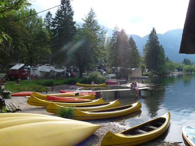 Foto de canoas de alquiler en el camping Zlatorog del lago Bohinj. Ruta en autocaravana por Eslovenia | caravaneros.com