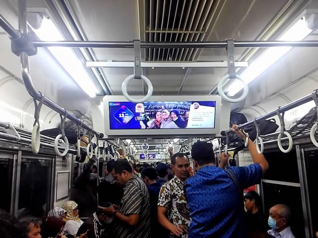 Mengapa Tas Ransel Anda Sebaiknya Ditaruh Di Rak Atas Commuter Line
