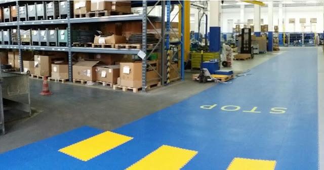 Corsia muletto realizzata con quadrotte in pvc per pavimento industriale