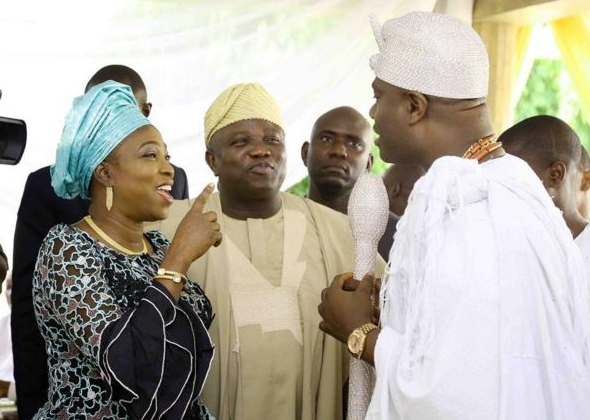 ambode wife points finger ooni ife