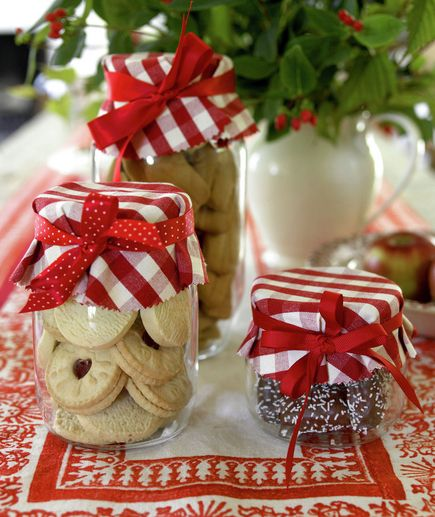 Cookies e geléias ficam lindos com retalhos de tecido na tampa do pote e fitas.