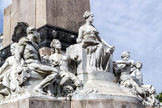 Grupo escultórico al pie delo Monumento a Mitre.