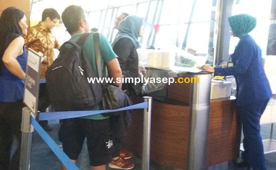 PEMBAGIAN SNACK : petugas memberikan 1 kotak snack kepada para penumpang  Garuda Indonesia tujuan Jakarta - Pontianak Economy Class Flight GA508 penerbangan pukul  17.10 WIB yang delay 1 jam.  Foto Asep Haryono