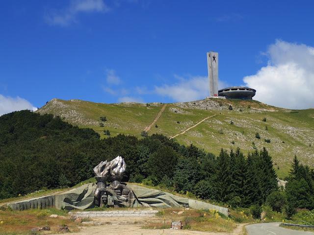 Pomnik w kształcie latającego spodka na szczycie jednej z bułgarskich gór