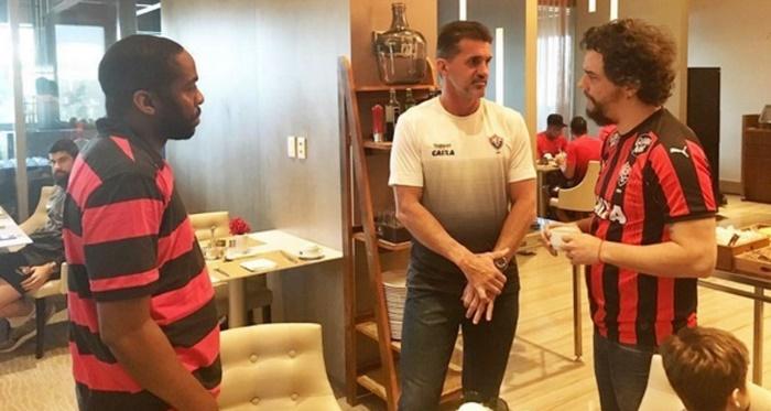 """Presente na vitoria contra Flamengo e Corinthians, Wagner Moura vira """"amuleto"""" no Vitória 2"""