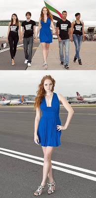 Peragaan Busana Di Bandara Pesawat