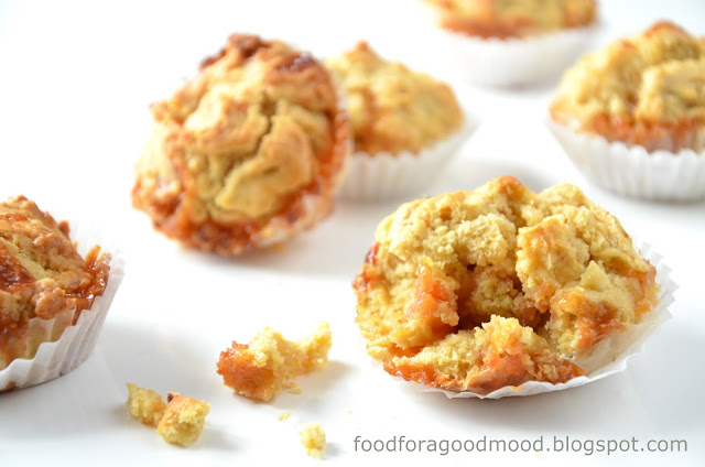Idealny jesienny deser powinien zawierać jabłka, bo o tej porze roku smakują one najlepiej. Jędrne i soczyste uwielbiają towarzystwo korzennych przypraw, takich jak cynamon. A gdyby tak jeszcze dodać do nich mleczne krówki? Praktyka pokazała, że to bardzo, ale to bardzo udane połączenie! Głodni słodyczy? Zapraszam na pyszne i proste cynamonowe babeczki z jabłkami i krówkami :)
