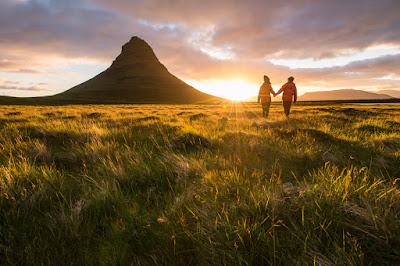 Pareja paseando por los parajes más románticos en Islandia