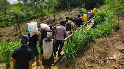 Suku Baduy Dalam dapat Bantuan paket Sembako dari Polda Banten