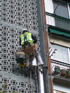 foto montaje tubos chimenea por fachada