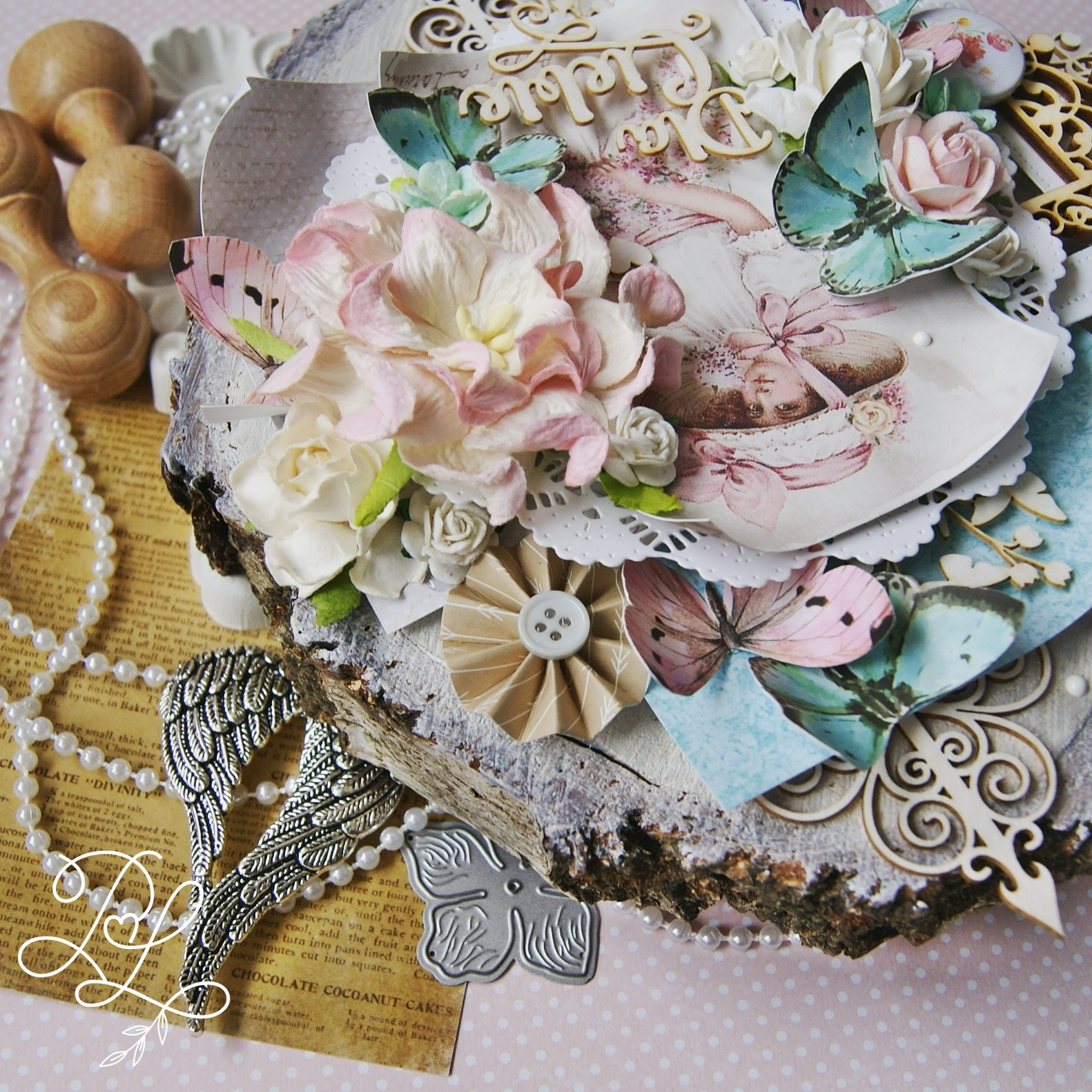 Piękna, kreatywna i warstwowa kompozycja na plastrze surowego drewna - Papierowe Love - sklep papierniczy i pracownia rękodzieła Katarzyna Rajczakowska.