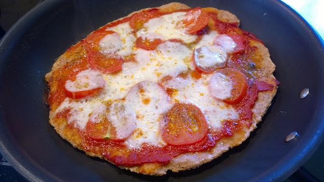 Wenn der Boden sich von der Pfanne löst, ist die Pizza fertig (c) by Joachim Wenk