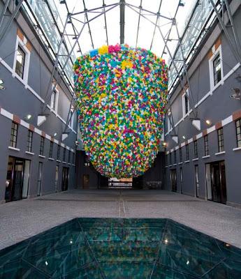 obra de arte con bolsas de plástico de colores.