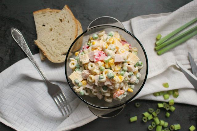 Przepis na szybką sałatkę z zielonym groszkiem, szynką, serem i koralikami.