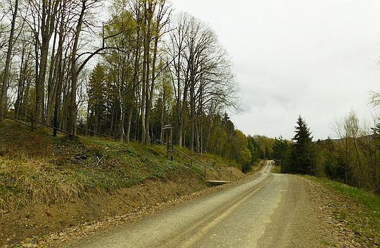 Droga łącząca Roztoki Górny i Solinkę. Po lewej wejście na cmentarz w Solince.