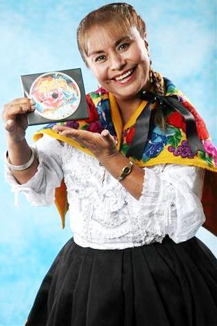 Foto de Haydée Raymundo mostrando su disco