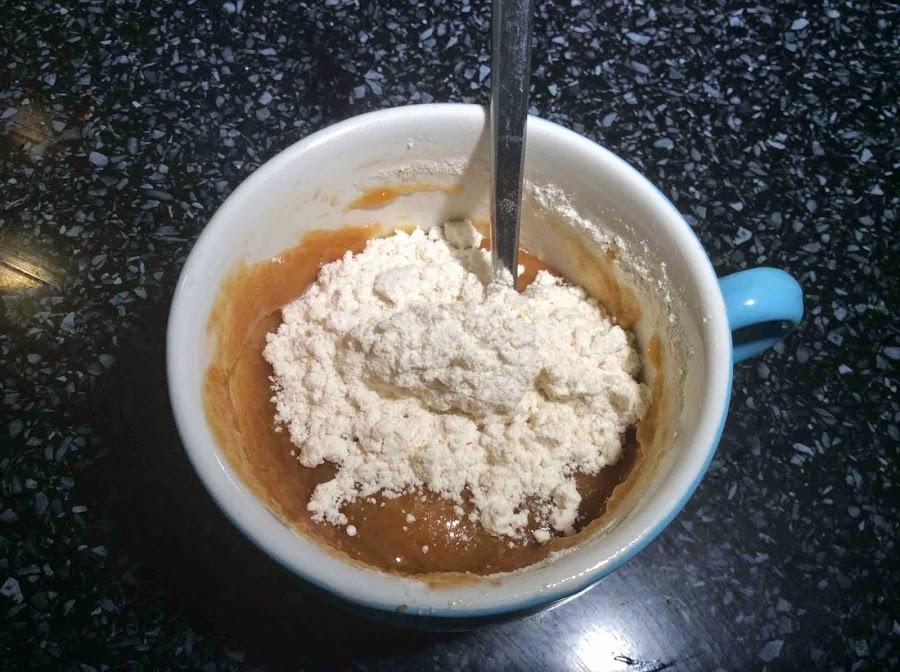 Mantequilla, azúcar blanco, azúcar moreno, yema y harina