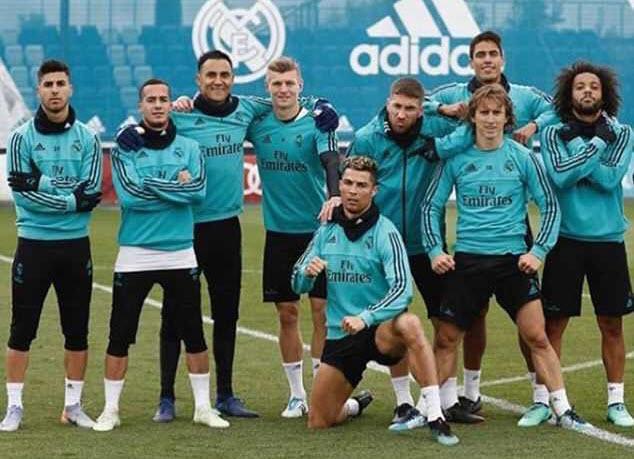 Ronaldo và đồng đội pose ảnh như biệt đội Avengers, sẵn sàng tái chiến Bayern -1