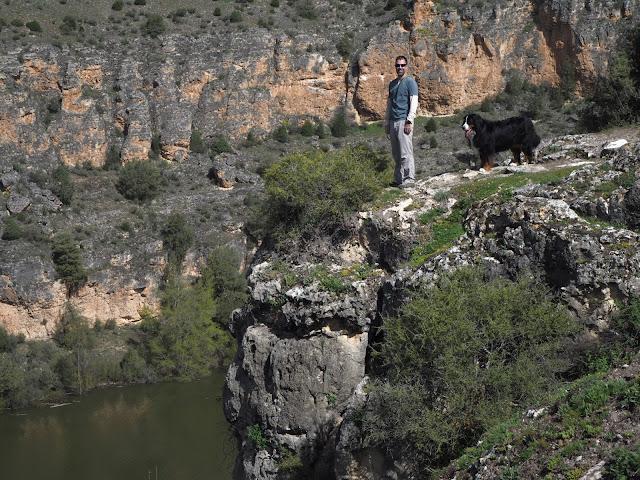 Hombre y perro al borde de un acantilado en las Hoces del Duratón