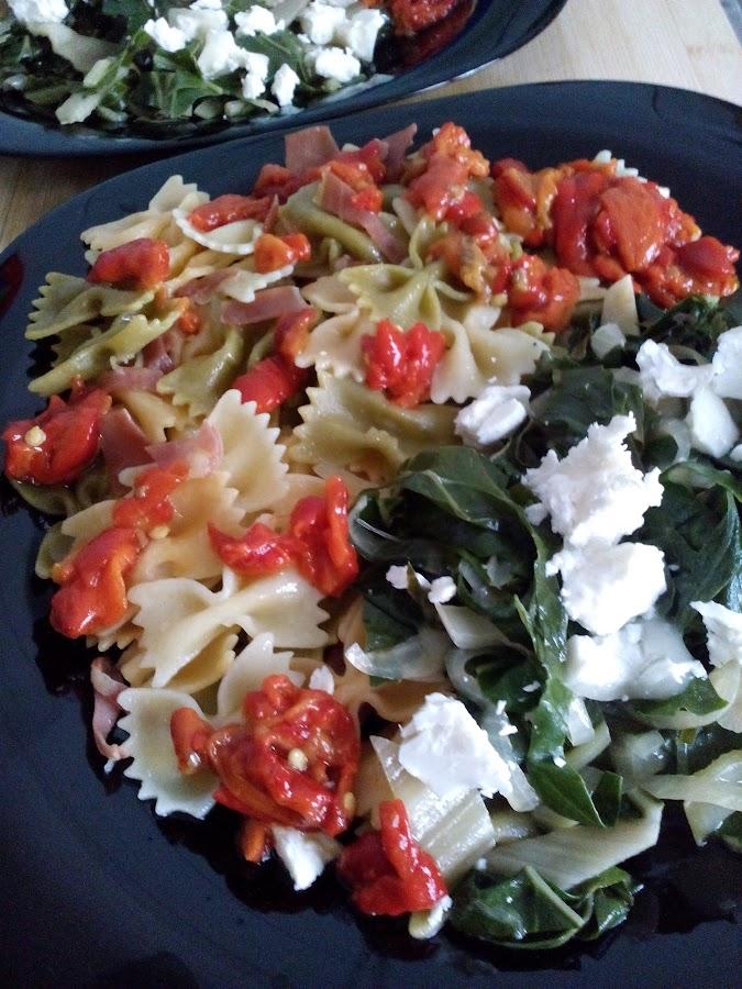 Ensalada templada con verduras de temporada y pimientos en conserva.