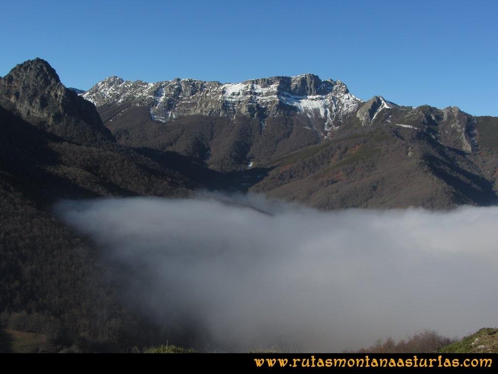 Pico Mosquito desde Tarna: Vista del Canto del Oso sobre niebla