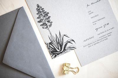 Minimalistyczne zaproszenia ślubne od isu studio z motywem roślinnym.