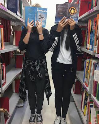 pose de amigas en la biblioteca tumblr