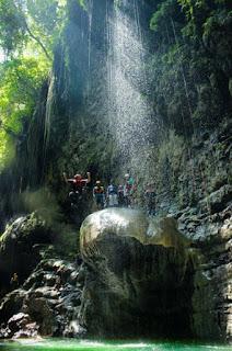 Terjun dari batu payung Green Canyon