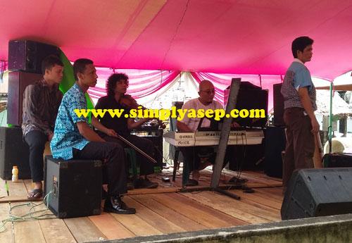 HIBURAN :  Salah satu ciri khas acara akad nikah atau lamaran adat budaya MELAYU ini adalah adanya live musik seperti band dengan para penyanyinya  Mereka di sewa untuk acara ini Foto Asep Haryono