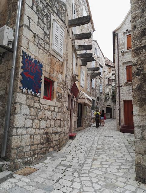 Kivinen pikkukuja Hvarin kaupungissa Kroatiassa