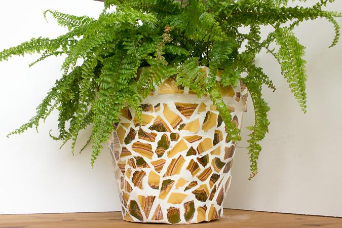 Upcycling blumentopf mit mosaik aus alten fliesen green for Blumentopf gestalten