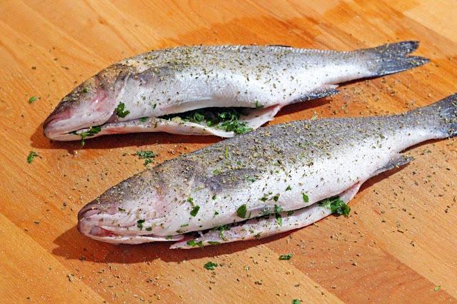 Λαβράκι στο φούρνο γεμιστό με Μαϊντανό και Σκόρδο / Stuffed Seabass with parsley and garlic