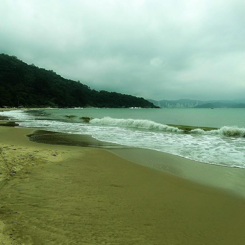 A Praia de Laranjeiras é a mais explorada comercialmente ao sul de Balneário Camboriú