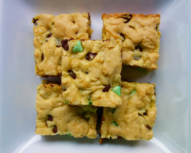 Chocolate Mint Cookie Bars - easy cake mix cookie bars. Ready to bake in minutes. Everyone LOVES this easy dessert recipe!! Only 6 ingredients! Cake mix, eggs, vanilla, butter, milk and mint chocolate chips. Whip up a batch today!!