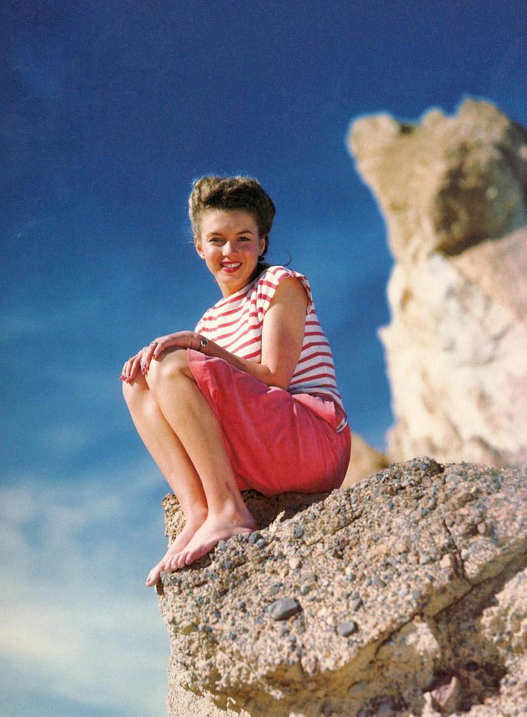Marilyn Monroe Living Room Decor: 38 Rare Color Photos Of 'Smiling' Marilyn Monroe That You