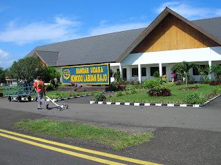 Aeropuerto de Komodo Labuan Bajo, Isla de Flores, Isla de Bali, Indonesia, vuelta al mundo, round the world, La vuelta al mundo de Asun y Ricardo